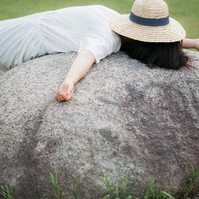 石の上にぐてーんの写真