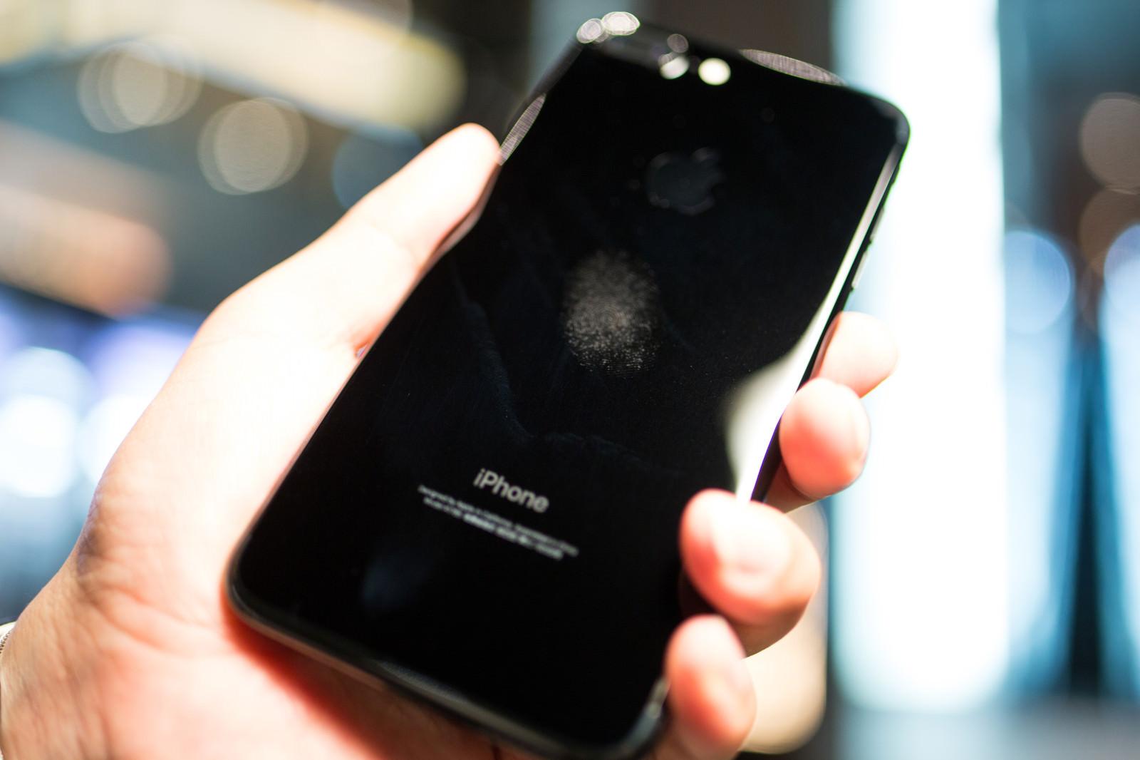 「汚れが目立つ光沢のスマートフォン」の写真