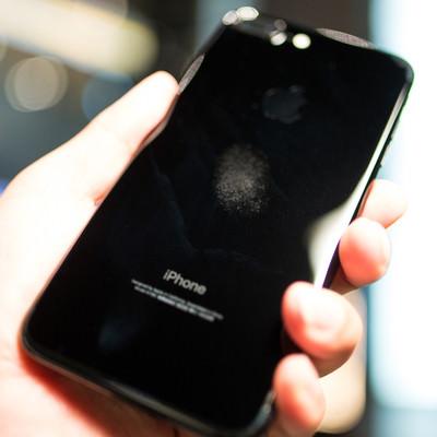 「汚れが目立つ光沢のスマートフォン」の写真素材