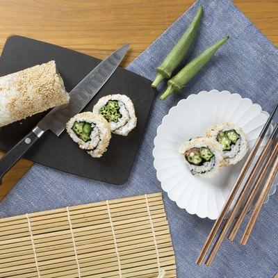 「オクラが入った裏巻き寿司」の写真素材
