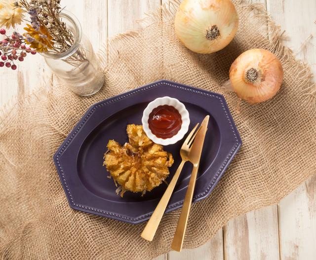 玉ねぎをまるごと使った揚げ物料理の写真