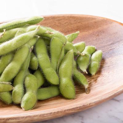 「木のお皿に乗った枝豆」の写真素材