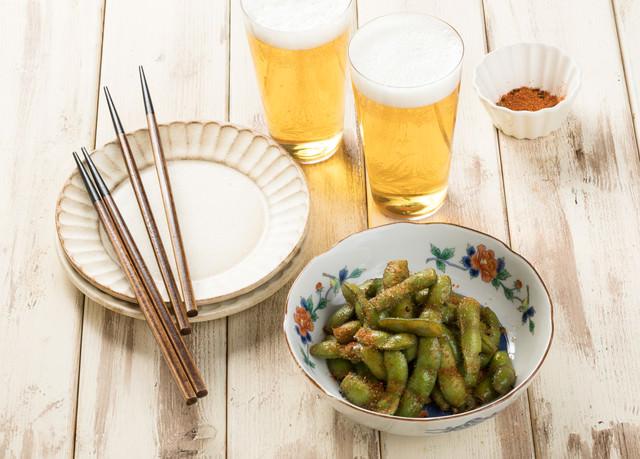 「唐辛子のパンチが効いたつまみ枝豆」のフリー写真素材