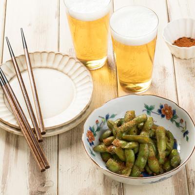 「唐辛子のパンチが効いたつまみ枝豆」の写真素材
