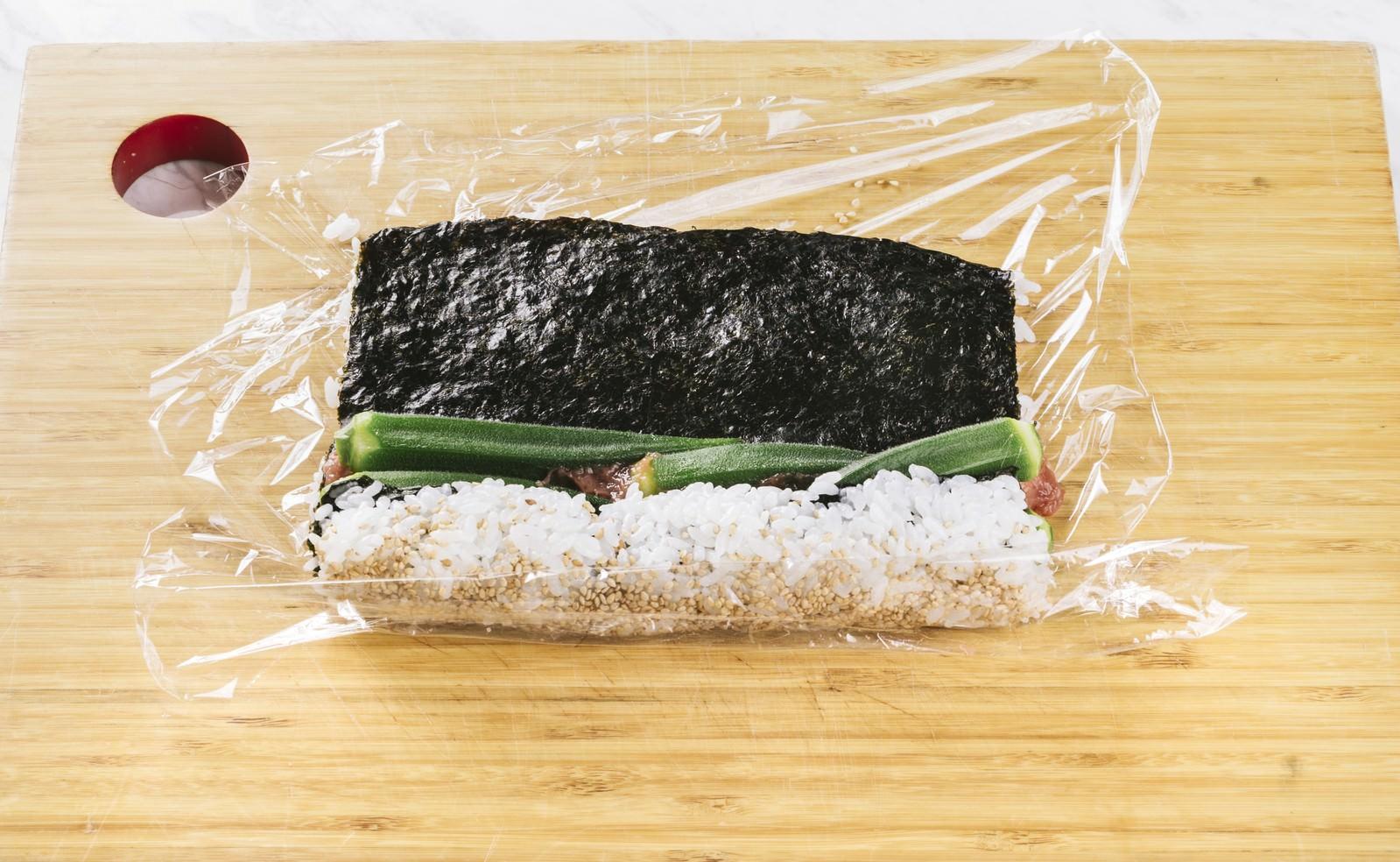 「オクラの裏巻き寿司を作る」の写真
