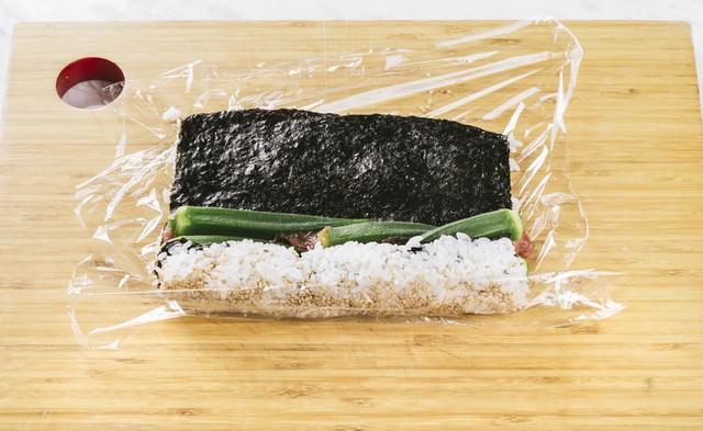 オクラの裏巻き寿司を作るの写真