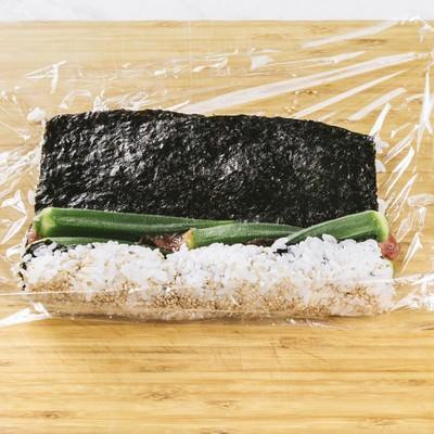 「オクラの裏巻き寿司を作る」の写真素材