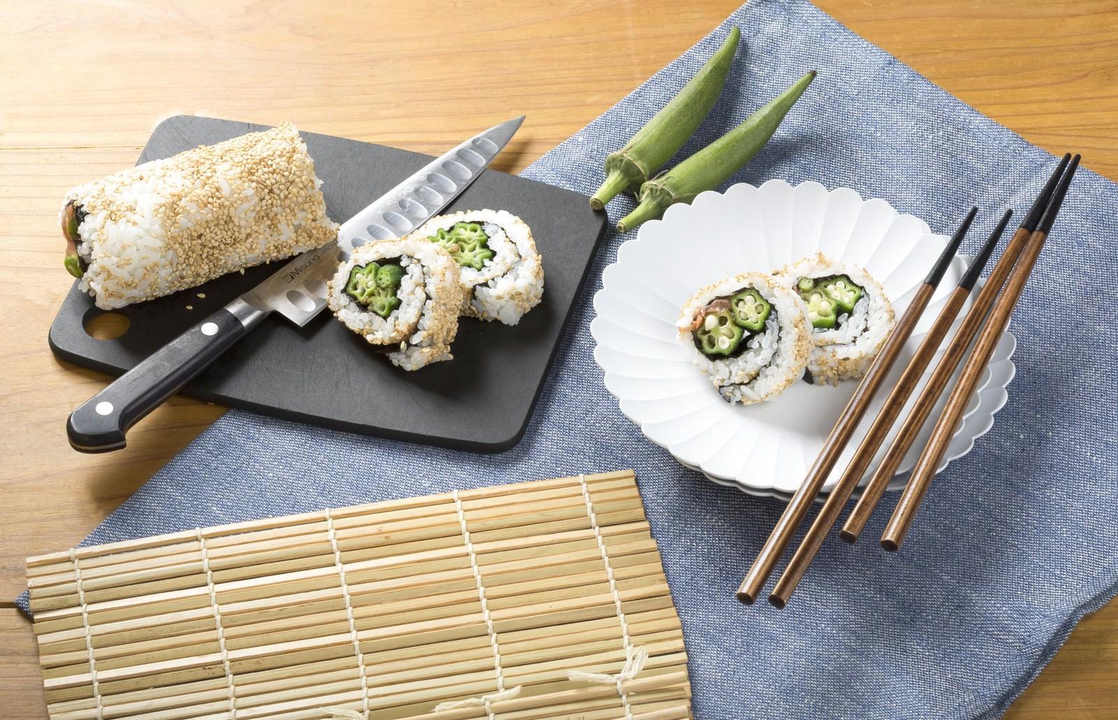 「オクラを使った裏巻き寿司」の写真