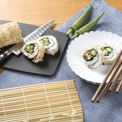 「オクラを使った裏巻き寿司」の写真素材