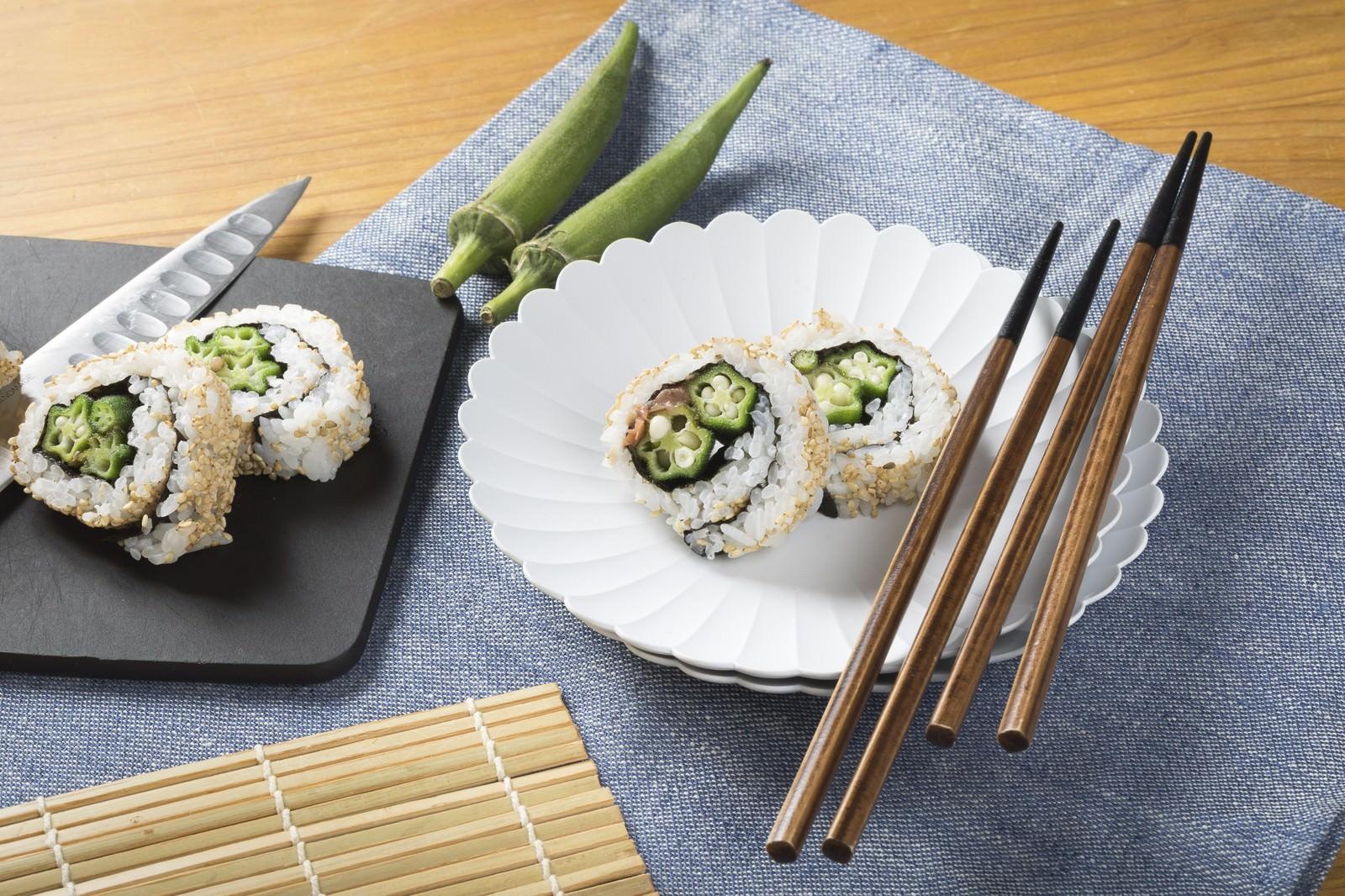 「一口サイズのオクラの裏巻き寿司」の写真
