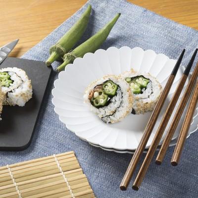 「一口サイズのオクラの裏巻き寿司」の写真素材