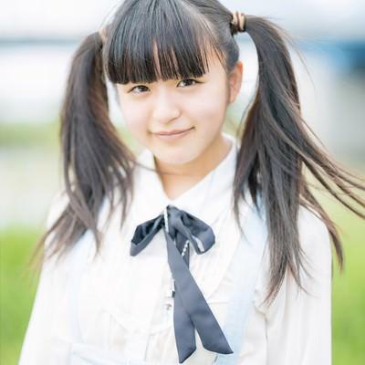 「笑顔が可愛いツインテールの女の子」の写真素材