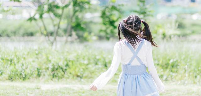 ツインテール女子の後ろ姿の写真