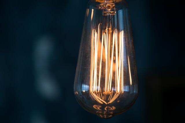 縦に伸びるフィラメントの明かりが美しいランプの写真