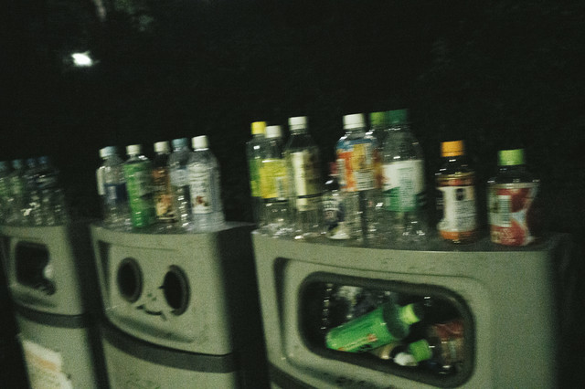 ゴミ(ペットボトル)でいっぱいのゴミ箱の写真