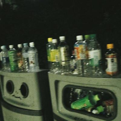 「ゴミ(ペットボトル)でいっぱいのゴミ箱」の写真素材