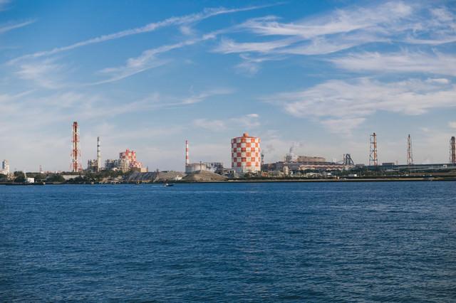 海芝浦駅から見える対岸の工業地帯の写真