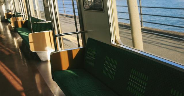終点の海芝浦駅で停車中の写真