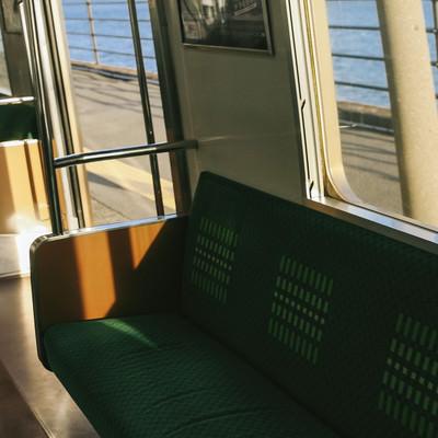 「終点の海芝浦駅で停車中」の写真素材