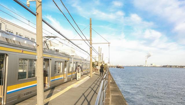 海芝浦駅のホームと停車中の鶴見線の写真