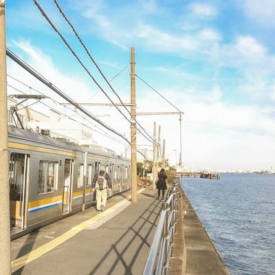 「海芝浦駅のホームと停車中の鶴見線」の写真素材