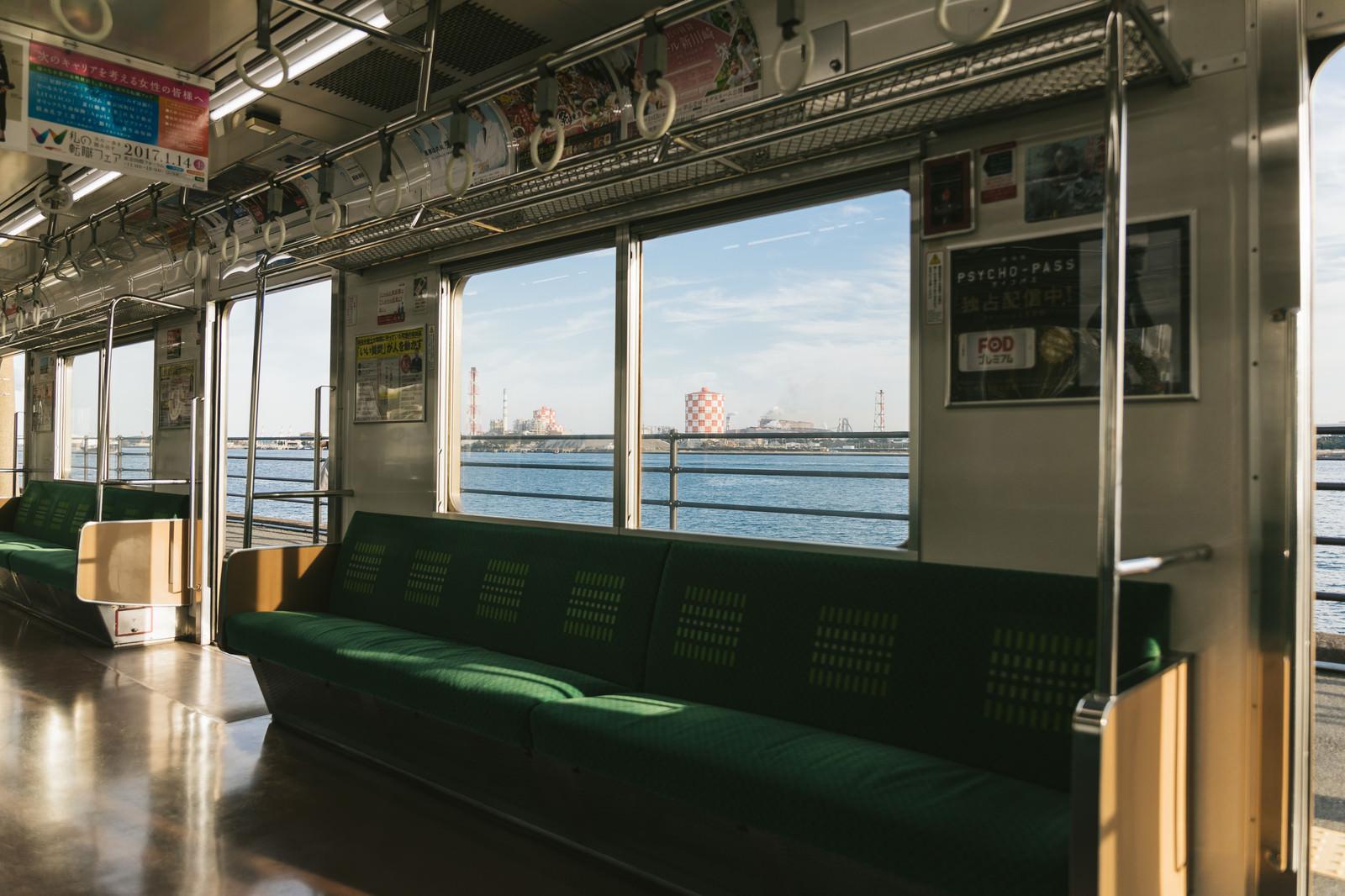 「日本で一番海に近い「海芝浦駅」を車内から」の写真