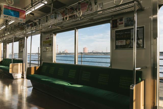 日本で一番海に近い「海芝浦駅」を車内からの写真