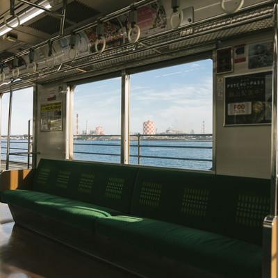 「日本で一番海に近い「海芝浦駅」を車内から」の写真素材