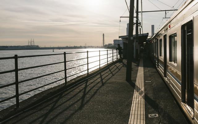 駅百選認定の海芝浦駅と夕焼けの写真