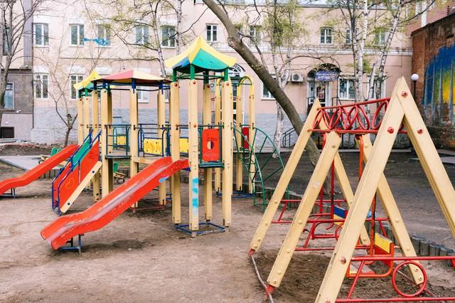 海外の公園(ブランコや滑り台)の写真