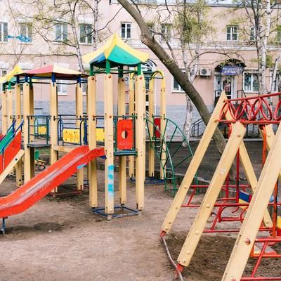 「海外の公園(ブランコや滑り台)」の写真素材