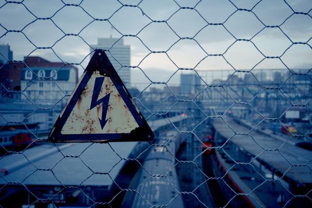 金網と錆びた高電圧危険の写真