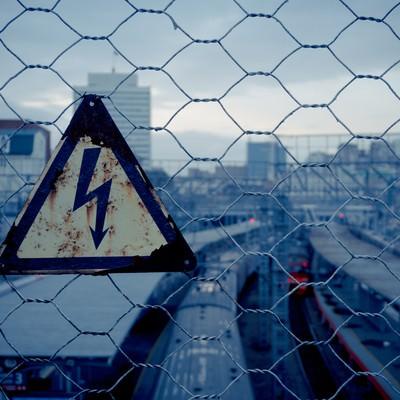 「金網と錆びた高電圧危険」の写真素材