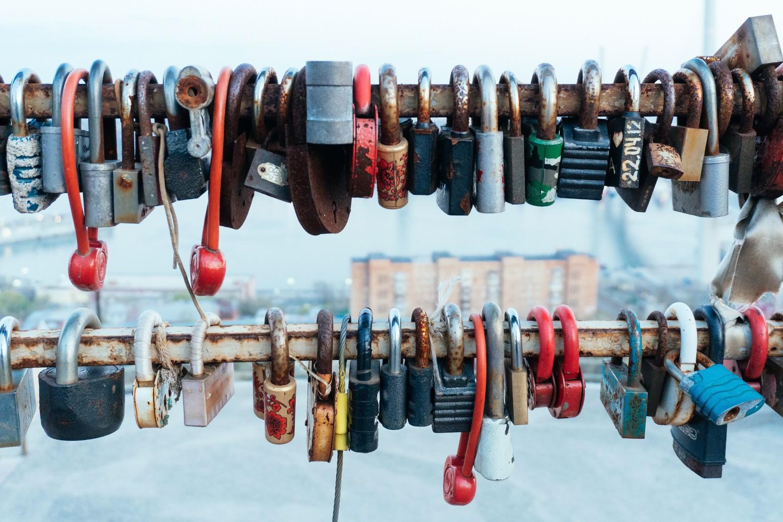 「手すり一杯の南京錠手すり一杯の南京錠」のフリー写真素材を拡大