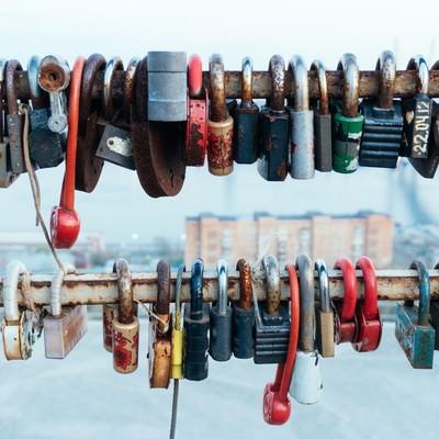 「手すり一杯の南京錠」の写真素材