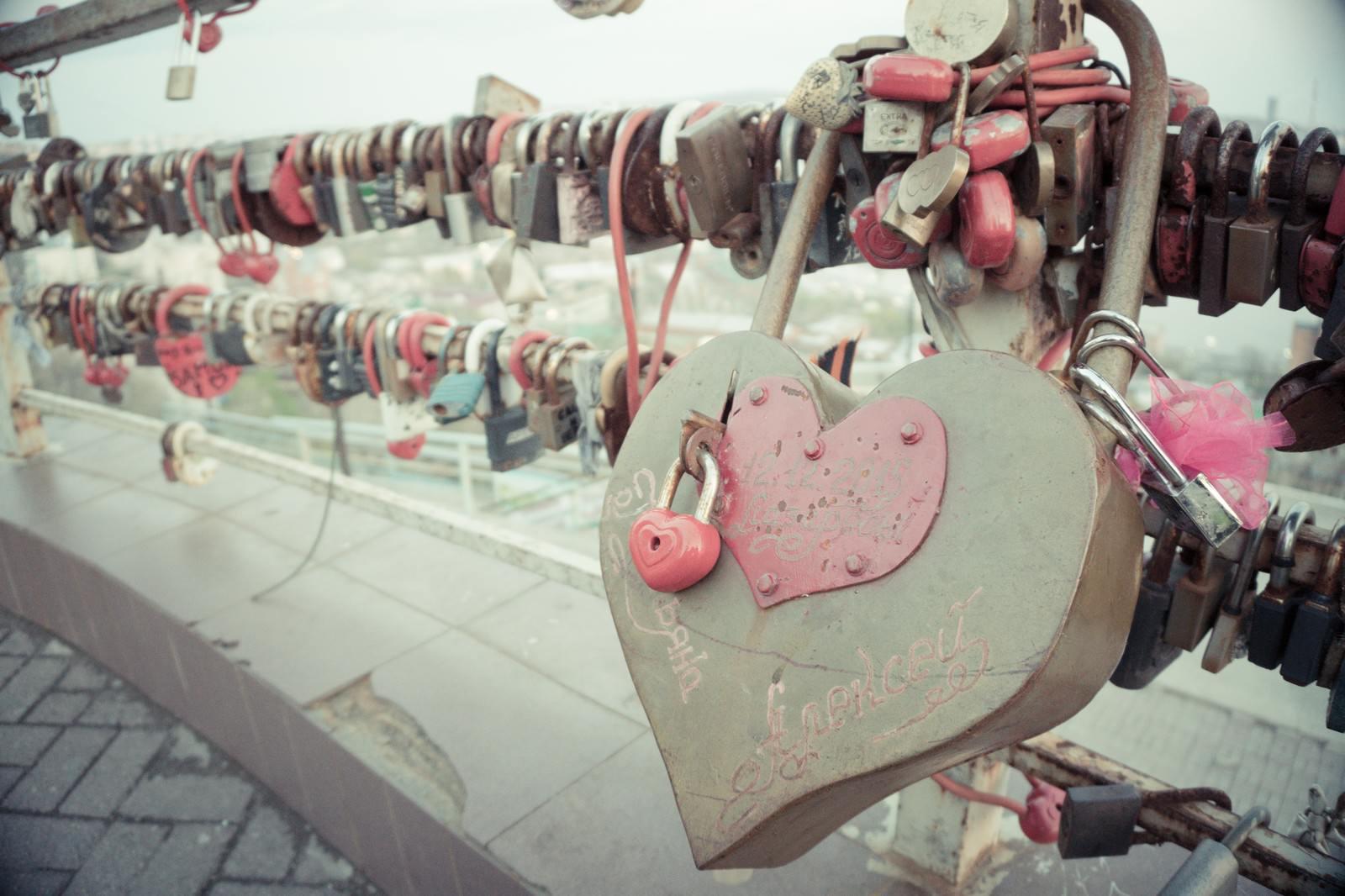 「橋に取り付けられた南京錠」の写真