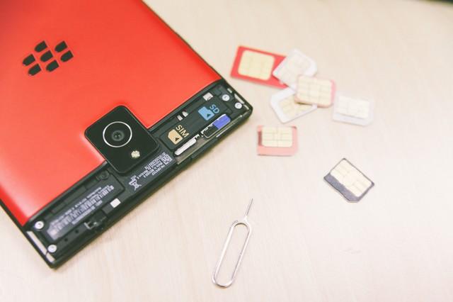 スマートフォンとSIMカードの写真