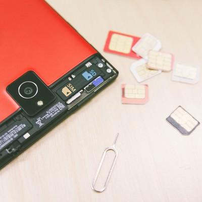 「スマートフォンとSIMカード」の写真素材