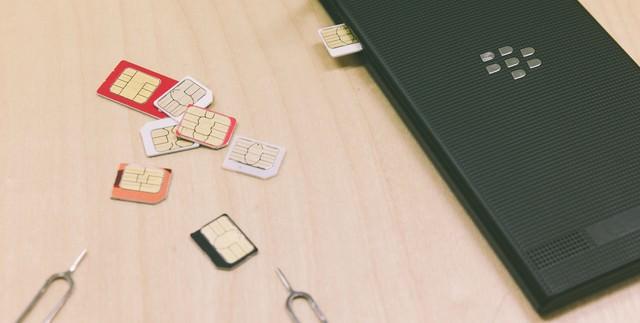 散らばったSIMカードの写真