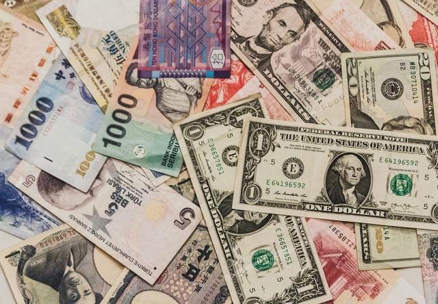 散らばった海外の紙幣の写真