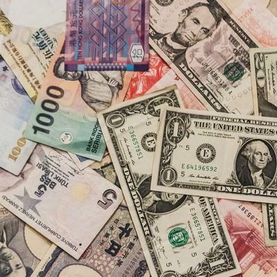「散らばった海外の紙幣」の写真素材