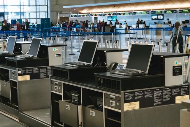 空港の受付けと旅客の様子の写真