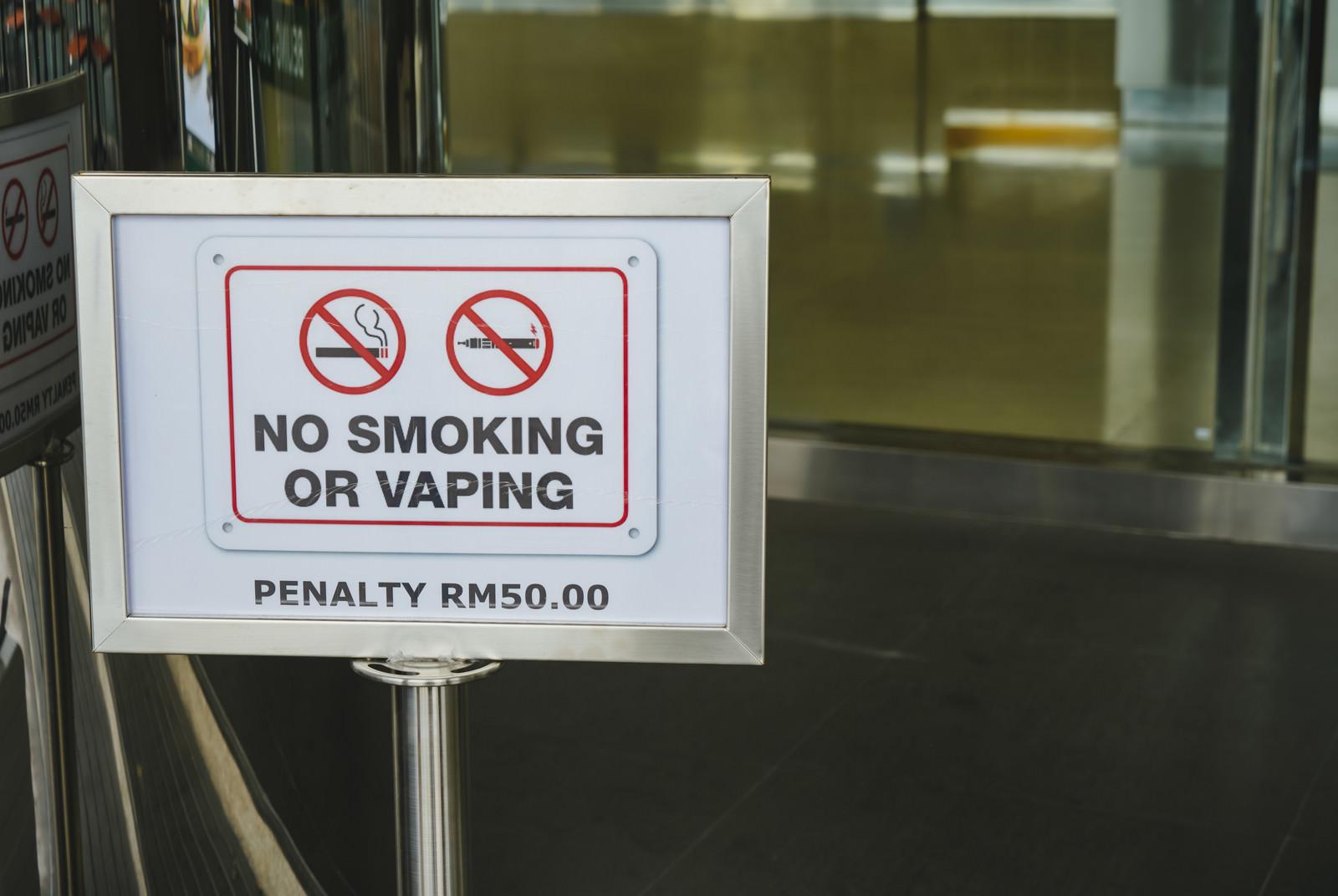 「タバコもVAPE(電子たばこ)もダメ!の看板」の写真