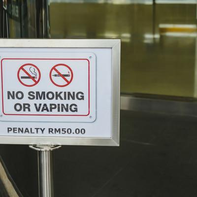 タバコもVAPE(電子たばこ)もダメ!の看板の写真