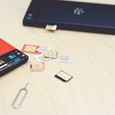 「スマートフォンとSIM交換」の写真素材