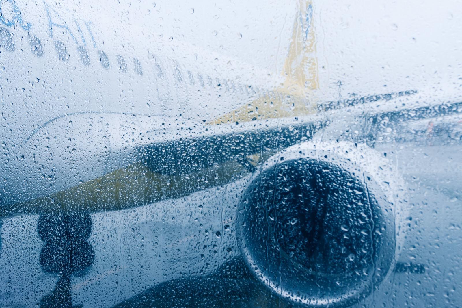「雨天の出発(旅客機)」の写真