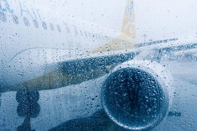 雨天の出発(旅客機)の写真