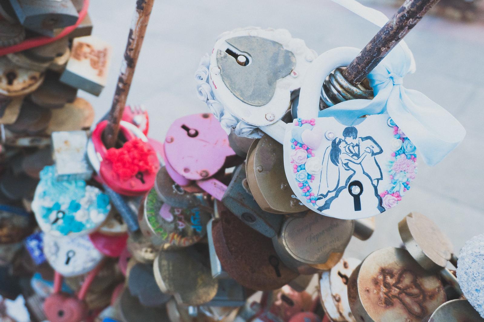 「観光地に取り付けられたハート型の南京錠」の写真