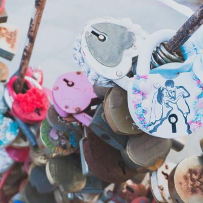 観光地に取り付けられたハート型の南京錠の写真