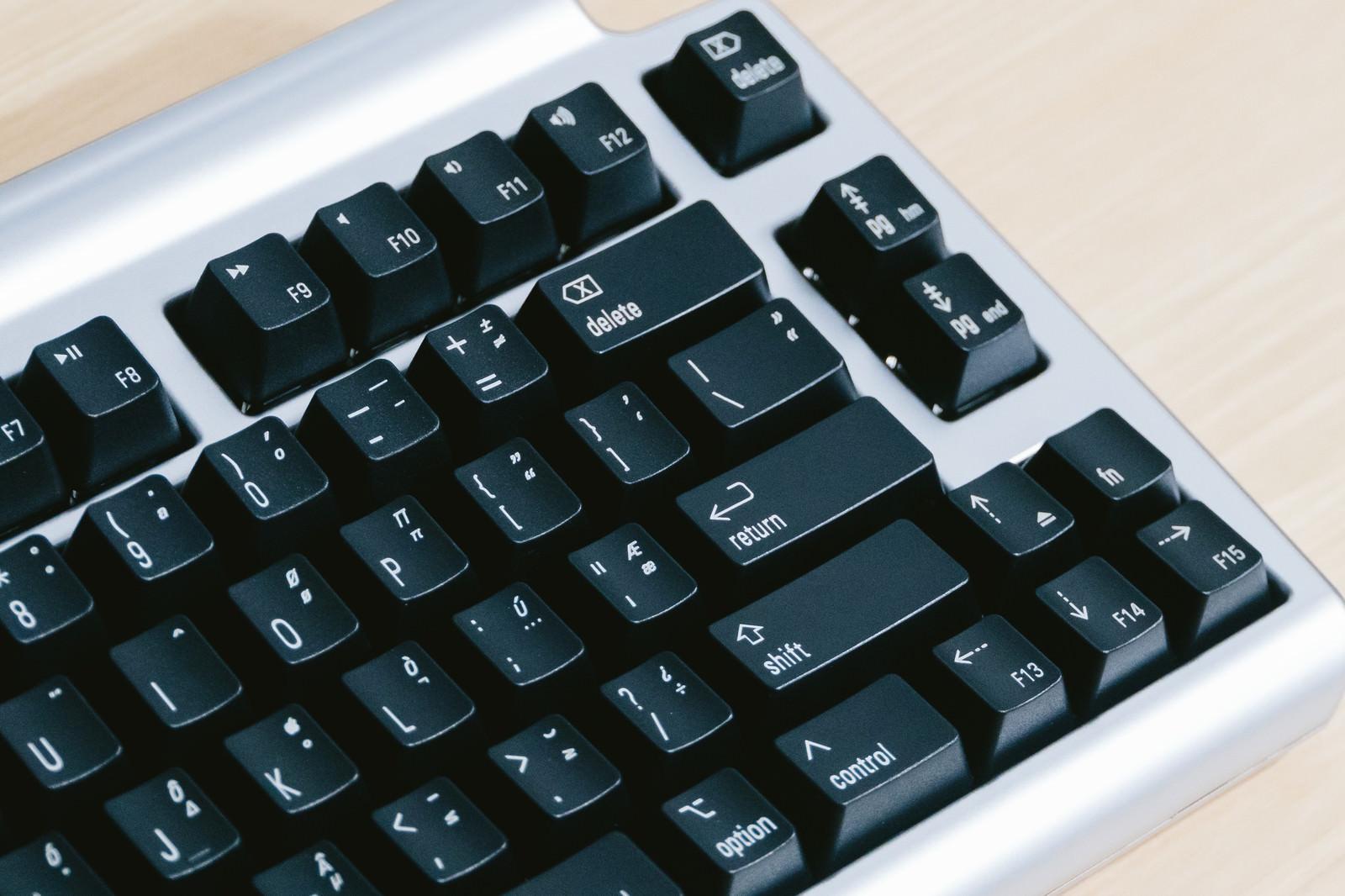 「キースイッチが黒いキーボードキースイッチが黒いキーボード」のフリー写真素材を拡大